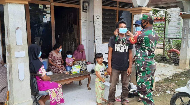 Komsos Dengan Warga Binaan, Serda Wayan Sutrisno Bagikan Masker Dan Sampaikan Prokes